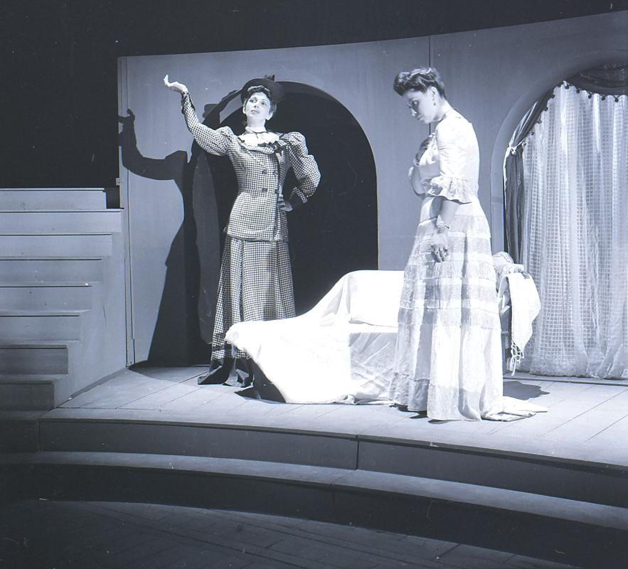 """Maria Fernanda e Stella Perry em montagem da peça """"Vestido de Noiva"""" (imagem: divulgação Funarte)"""