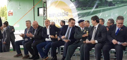 Presidente Jair Bolsonaro ao lado de outras autoridades na inauguração da BR-116