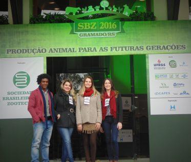 Os alunos de graduação Adriano Rodrigues, Ana Carolina Marini, Dyéllen Vasconcelos e a Pós-graduanda Tháis B. Stefanello participaram da SBZ 2016.