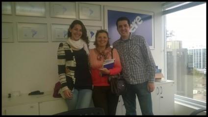 Na foto que segue a Erika está ladeada pelo analista coordenador Vinícius Grassi, do escritório de Porto Alegre, e por Patrícia Iribarrem, ex-aluna da Geografia/UFPEL e atualmente analista de campo da HERE.