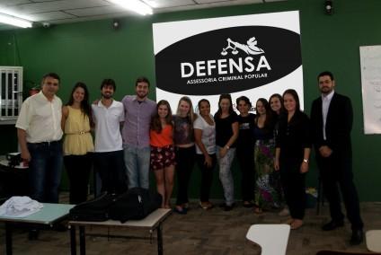 Grupo de alunos do DEFENSA ministrando oficinas na Escola Antônio Leivas Leite, no dia 11 de abril de 2015.