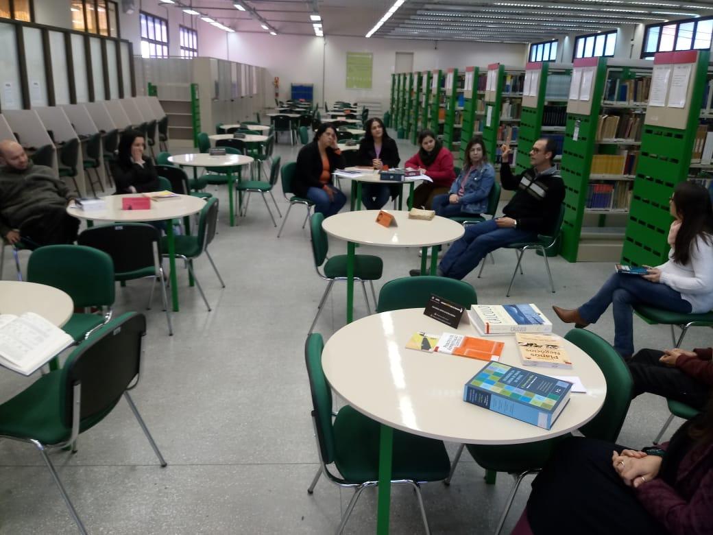 Capacitação na biblioteca do Anglo