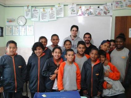 Petianos  Diego e Gustavo e alunos na aula sobre Recursos Hídricos.