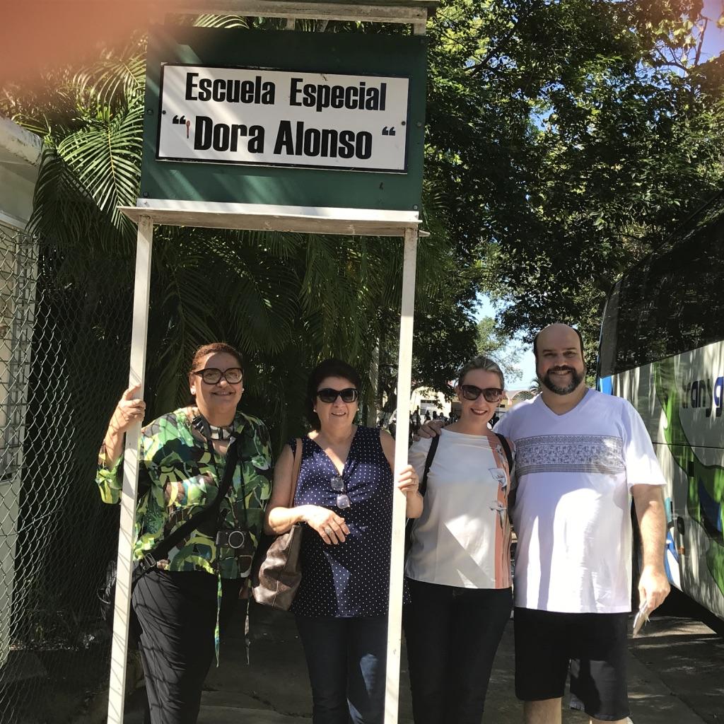 Professores visitando a escola Dora Alonso, para crianças autistas de 2 a 7 anos