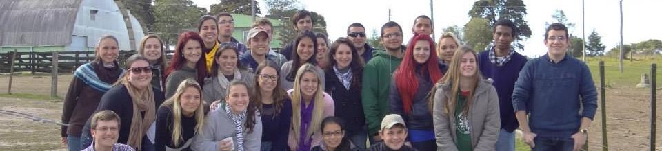 Alunos do primeiro semestre e integrantes do grupo ReproPEL após churrasco de confraternização de mais um dia de campo promovido pelo grupo.